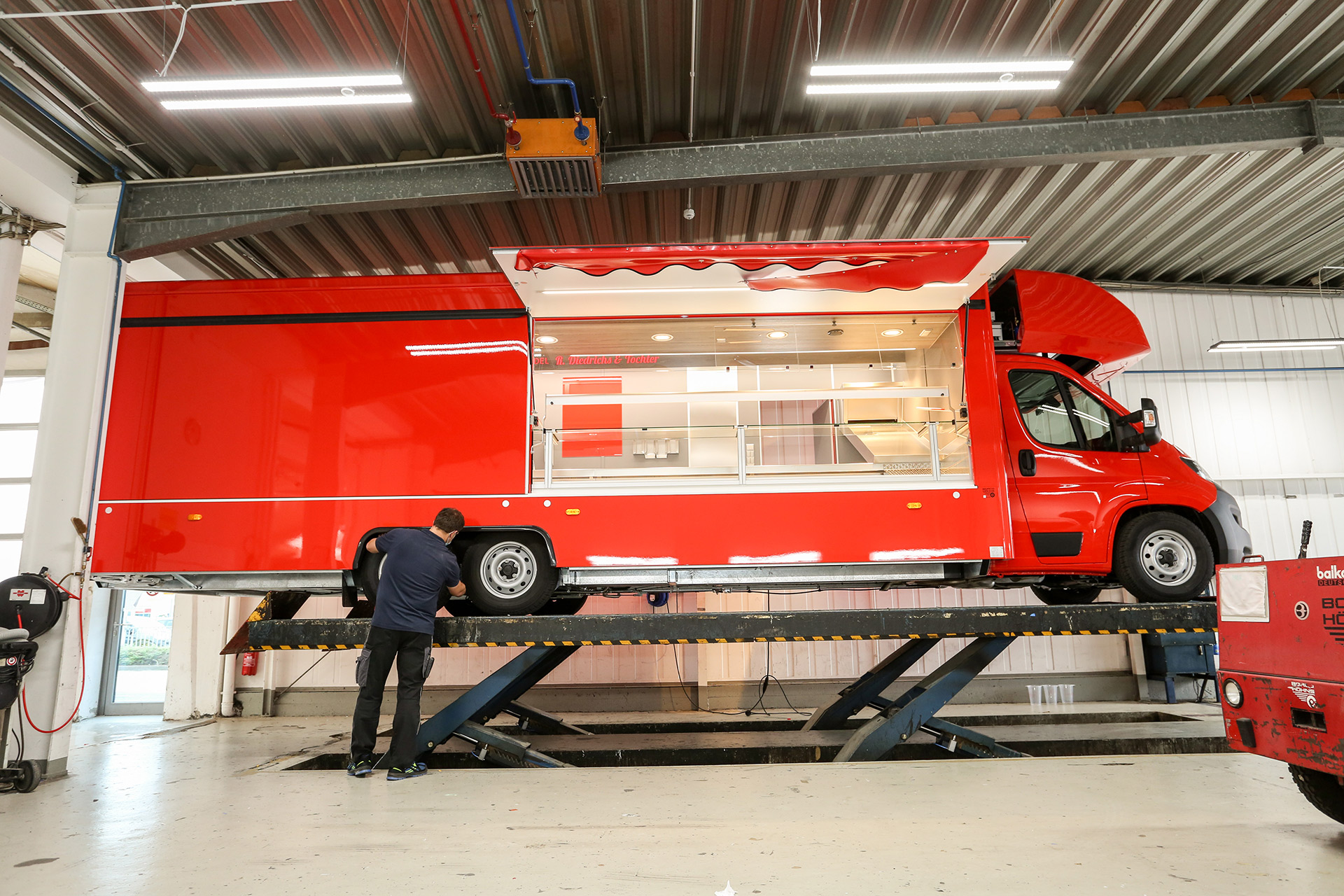Borco Höhns Verkaufsfahrzeug in der Endabnahme